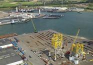 Opbouwen van een platform bij Heerema te Vlissingen Oost.