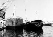 Boord-boord overslag in de Zuiderkanaalhaven.