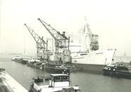 Zeeschip en binnenvaartschepen in de Noorderkanaalhaven. Rechts staat...