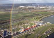 Westsluis Terneuzen met bulkcarrier in de sluis gefotografeerd tijdens...