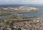 Ingang kanaal van Gent naar Terneuzen met de sluizen, op de voorgrond...