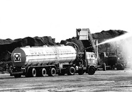 Vrachtwagen met watertank voor de stofbestrijding op de terminal van...
