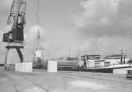 Binnenvaartschip aan de kade van de Noorderkanaalhaven bij Aug. de...