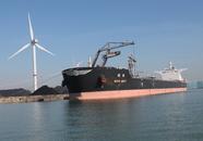 Lossen van zeeschip Wan May, met drijvende kraan bij Ovet in de...