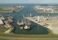 Diverse jackup schepen liggen in de Westhofhaven. Op de achtergrond de...