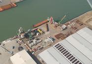 Laad en loswerkzaamheden op de kade bij Sealake Terminal aan de...