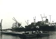 Zeeschepen en binnenvaartschepen. Waarschijnlijk in de...