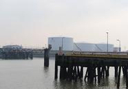 Steiger en opslagtanks van Vesta aan de Buitenhaven.