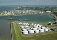 Braakmanhaven. Op de voorgrond de vestiging van Oil Tanking Terneuzen....