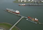 Schepen aan steiger Oiltanking en Braakmansteiger Dow in de...