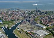 Overzicht Terneuzen met Zijkanaal A op de voorgrond en de oude...
