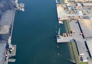 Kaloothaven gezien vanaf de Monacoweg met links de de kade van OVET en...