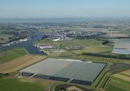 Glastuinbouwgebied met Autrichehaven en op de achtergrond Yara...