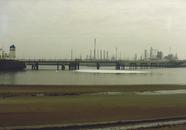 Inzet olieschermen ten behoeve van een lekkage in de Braakmanhaven.