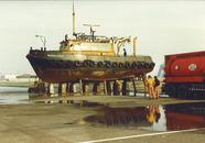 Gritstralen van een schip van Rijkswaterstaat door C.S.C. op de...