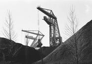 Drijvende kranen van Ovet, het lossen van kolen op de terminal aan de...