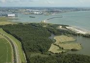 Rammekensbos, -hoek en -schorren. Op de achtergrond het havengebied...