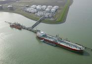 Schepen aan het steiger van Oiltanking in de Braakmanhaven.