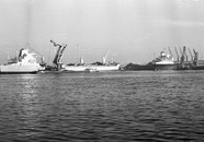 Lossen van een zeeschepen met drijvende kranen door Ovet in de...