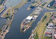 Luchtfoto gedeelte van het Sluizencomplex in Teneuzen. Rechts...