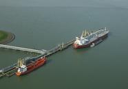 Schepen aan steiger Oiltanking in de Braakmanhaven.