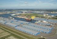 Op de voorgrond de loodsen van Verbrugge Terminals aan de Scaldiahaven...