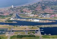 Zijkanaal A, met zicht op Terneuzen en de bedrijfsterreinen aan de...