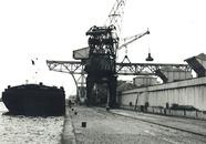 Binnenvaartschip aan de kade van de Zuiderkanaalhaven bij De Hoop.
