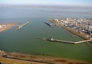 Luchtfoto van de steigers in de Braakmanhaven. Links is nog net de...