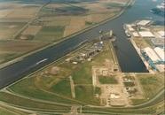 Fabriek Engelhard in aanbouw aan de Zevenaarhaven.