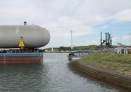 Aanlanden gastanks (bullets) in de Quarleshaven te Vlissingen. De...