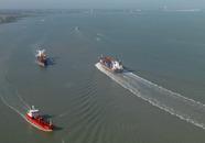 Scheepvaart op de Westerschelde met op de achtergrond Terneuzen.