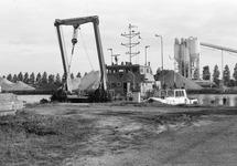 Peilvlet H.T. 1 van het Havenschap Terneuzen ligt naast een werkschip...