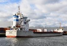 Het schip Cemsea aan de kade bij Outokumpu op de Axelse Vlakte.