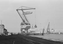 Lossen van een schip met drijvende kraan 7 van Ovet in de...