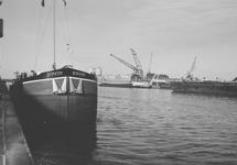 Binnenvaartschepen in de Zuiderkanaalhaven. Op de achtergrond de...