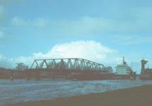 Het schip Mini Orbit vaart door brug Sas van Gent.