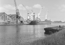 Zeeschip aan de kade van de Zuiderkanaalhaven bij de loodsen van Aug....
