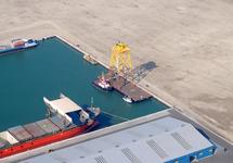 Kop van de Scaldiahaven met beschikbare terrein en enkele schepen aan...