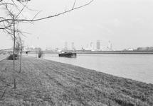 Binnenvaartschip op het kanaal ter hoogte van Sluiskil. Op de...