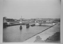 Reproductie van een foto ca. 1907 van de brug over het kanaal,...