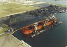 Luchtfoto van het zeeschip Mineral Antwerpen aan de terminal van Ovet...