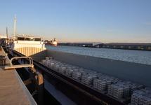 Overslag van aluminium bij Verbrugge Terminals in de Scaldiahaven.