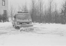 Sneeuwschuiven bij het kantoor van het Havenschap Terneuzen aan de...