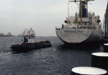 Zeeschip Mediteran Frigo met een bootje van de vastmakers aan de...