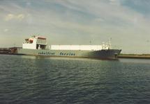 Het lossen van nieuwe auto's door Cobelfret Ferries aan het autoponton...