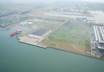 Kade en loodsen voormalig FMT terrein (Flushing Marine Terminal) aan...