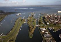 Middensluis en Westsluis gefotografeerd vanaf het Kanaal van Gent naar...