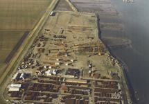Luchtfoto van het terrein van de Nederlands Amerikaanse Pijpleiding...