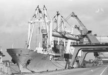 Zeeschip Darfur aan de kade bij de Nederlandse Stikstof Maatschappij...